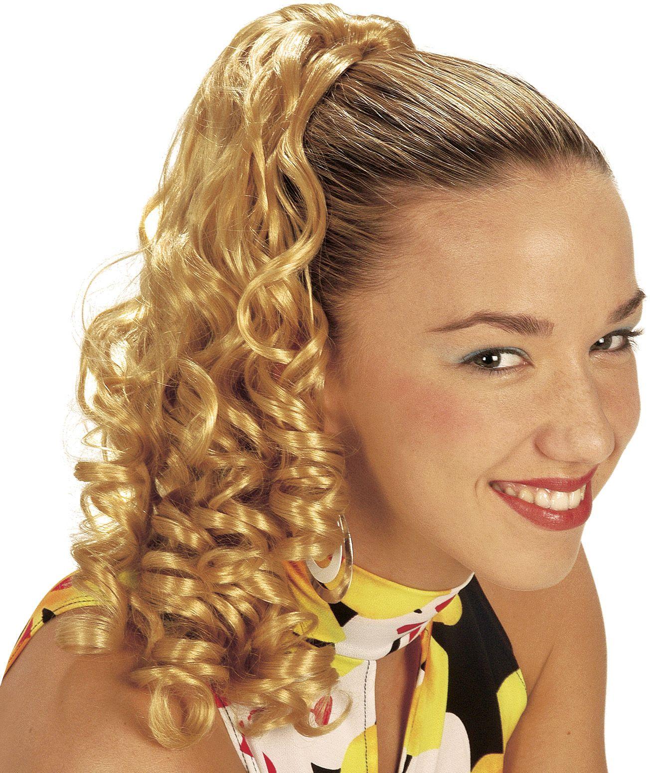Blonde haarextensie met krullen